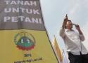 Achmad Ya'kub berorasi di depan gedung Kemendag