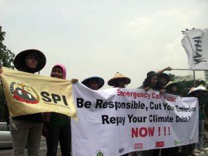 Aksi menuntut tanggung jawab penurunan emisi di kedubes Amerika Serikat