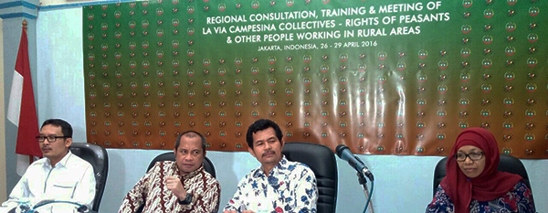 Pelatihan tentang deklarasi PBB tentang Hak Asasi Petani_tengah_Marwan Jafar_Henry Saragih