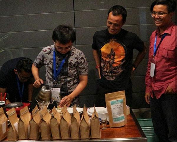 Kopi arabika Rohdearni Ambarisan di-cupping oleh teman-teman dari Wikikopi, Yogyakarta