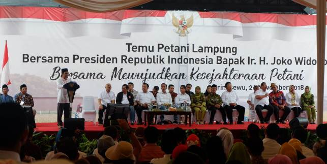 Ketua Umum SPI Henry Saragih membacakan pidatonya dalam Temu Tani bersama Presiden Joko WIdodo di Pringsewu, Lampung, siang ini (24/11/2018)