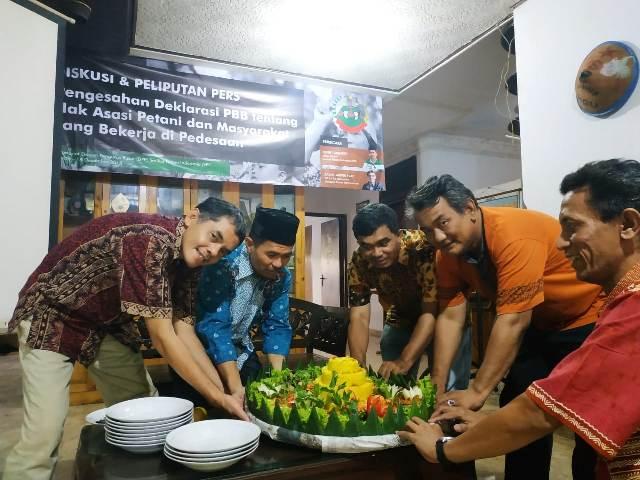Perayaan sederhana di kantor pusat SPI di Jakarta Selatan pasca diadopsi Deklarasi PBB tentang Hak Asasi Petani dan Masyarakat yang Bekerja di Pedesaan